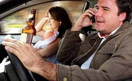 Motorista e Passageiro Fazendo Tudo Errado no Trânsito